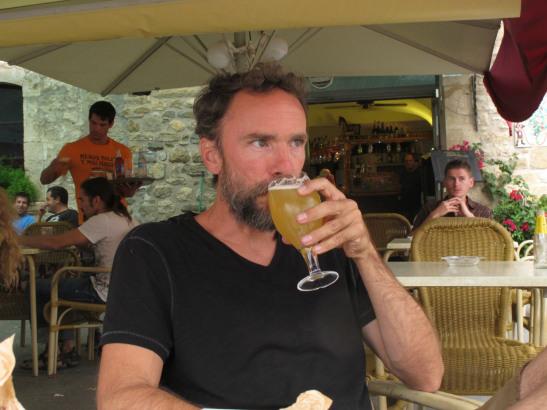 Prenent una cervessa a Besalú