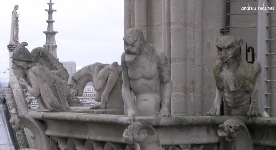 Gàrgoles a la primera balconada