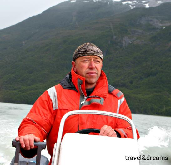 El conductor de la lanxa al fiord Ultima Esperanza. Xile / Boat driver in Ultima Esperanza fjord. Chile