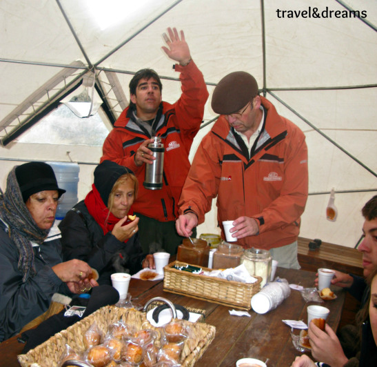 Prenent un cafe al Balcon del Calafate. Patagonia / Having a cup of coffee in Balcon del Calafate. Patagonia