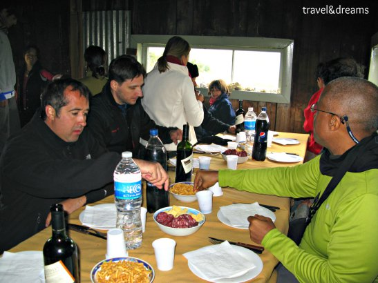 Dinant en el refugi de la Isla Gable. Tierra del Fuego / Eating in the Isla Gable shelter. Tierra del Fuego