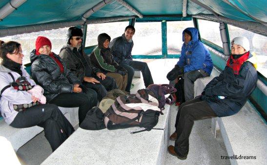 Dins de la barca cap a la Isla Martillo. Tierra del Fuego / Inside the boat going to Isla Martillo. Tierra del Fuego
