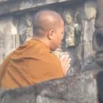Monjo budista resant